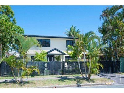 Runaway Bay - 50m to Broadwater! Exclusive Pool!