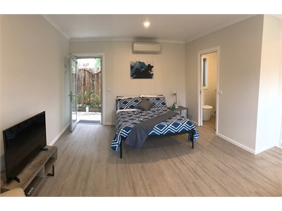 Modern Studio Apartments - Walk to Hospital, Uni, Train